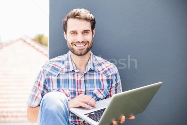 Człowiek posiedzenia taras za pomocą laptopa portret komputera Zdjęcia stock © wavebreak_media