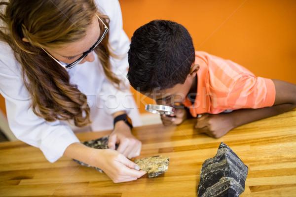 Crianças olhando lupa escolas mulher mão Foto stock © wavebreak_media