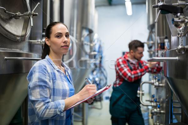 Feminino manutenção trabalhador teste cervejaria máquina Foto stock © wavebreak_media