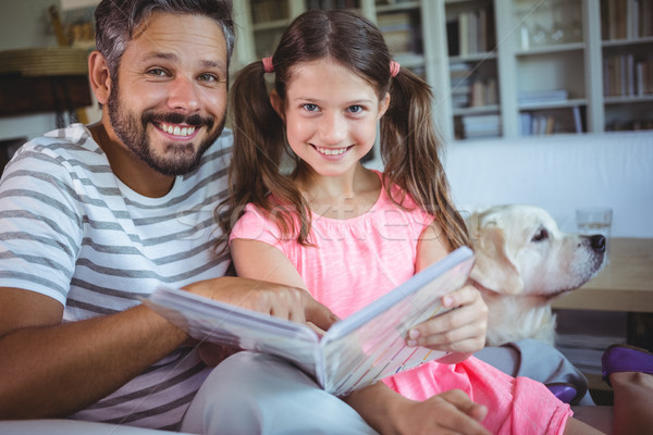 Sonriendo padre hija mirando salón Foto stock © wavebreak_media