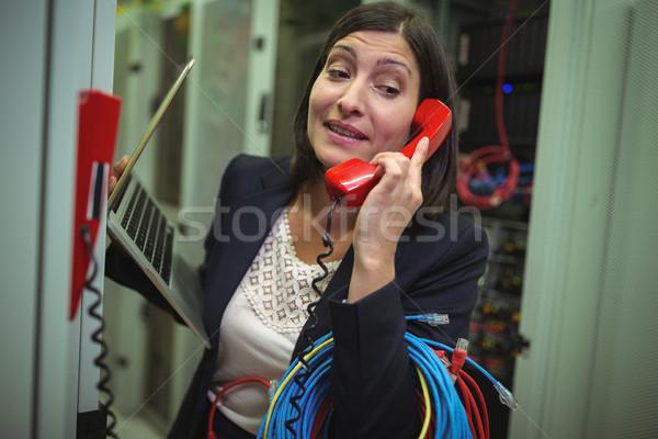 Teknisyen konuşma telefon Sunucu oda kadın Stok fotoğraf © wavebreak_media