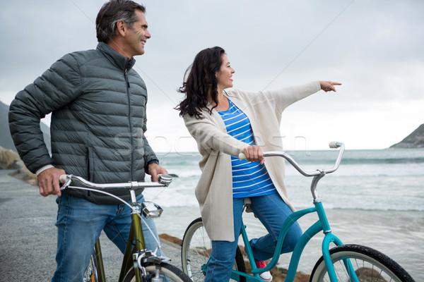 счастливым пару велосипед указывая расстояние пляж Сток-фото © wavebreak_media