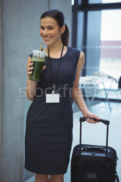 Bella femminile executive piedi bagaglio succo Foto d'archivio © wavebreak_media