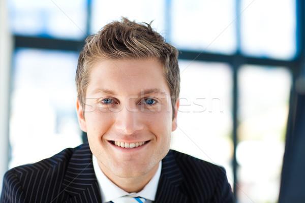Atraente empresário sorridente câmera jovem escritório Foto stock © wavebreak_media