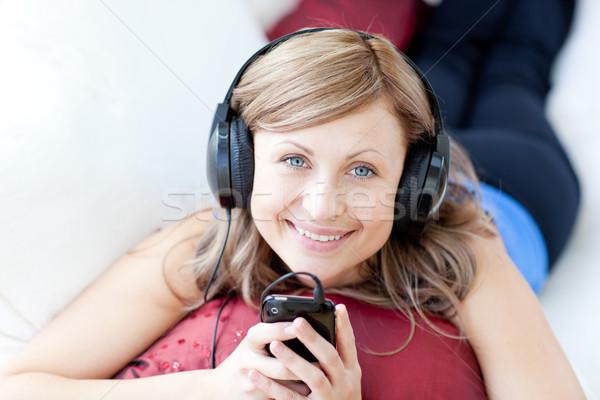 Teen vrouw luisteren muziek woonkamer home Stockfoto © wavebreak_media