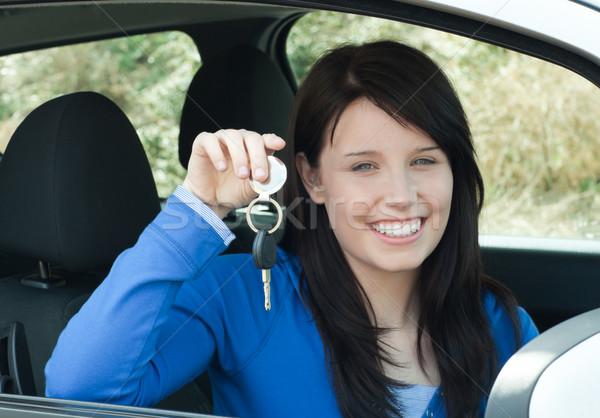 Adolescente las llaves del coche sesión coche nuevo sonriendo Foto stock © wavebreak_media