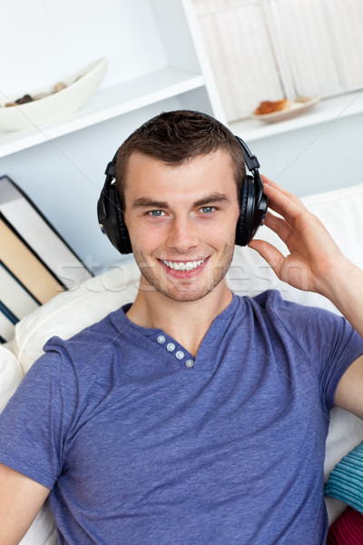 Man luisteren muziek hoofdtelefoon woonkamer gelukkig Stockfoto © wavebreak_media