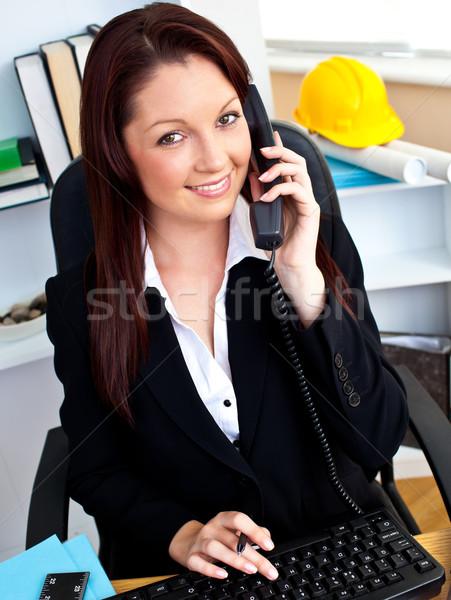 Ambicioso empresária falante telefone escritório Foto stock © wavebreak_media