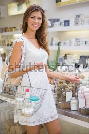 Saudável mulher compra bananas mercearia sorridente Foto stock © wavebreak_media