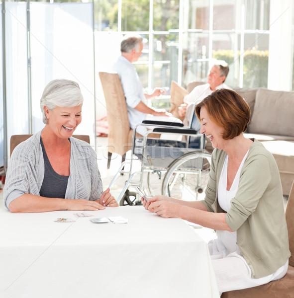 Senior donne carte da gioco parlando ragazza home Foto d'archivio © wavebreak_media