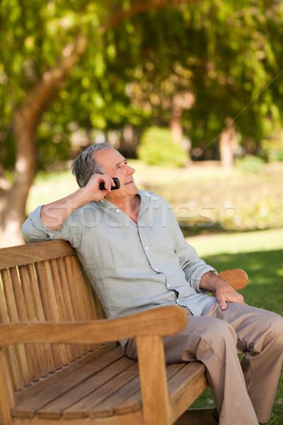 Homem maduro parque telefone homem jardim verão Foto stock © wavebreak_media