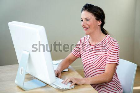 Jonge prachtig meisje ontspannen laptop studeren Stockfoto © wavebreak_media