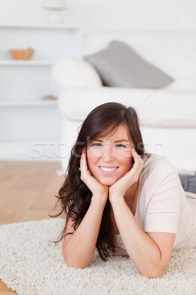Anziehend Brünette weiblichen posiert Teppich Wohnzimmer Stock foto © wavebreak_media