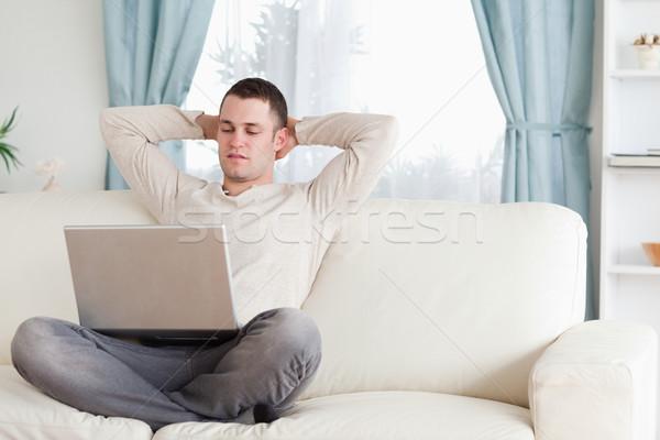 Bonne recherche homme portable salon ordinateur maison Photo stock © wavebreak_media