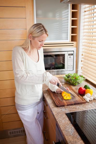 Oldalnézet fiatal nő zöldségek konyha vacsora kés Stock fotó © wavebreak_media