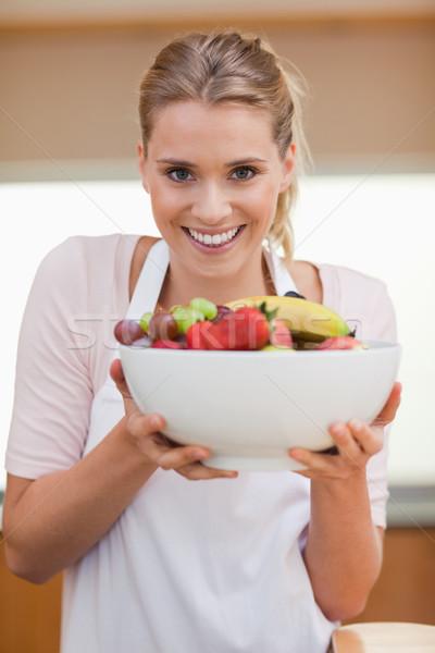 Retrato mujer frutas cesta cocina Foto stock © wavebreak_media