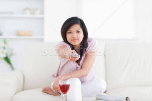 Nő kisajtolás televízió távoli nappali bor Stock fotó © wavebreak_media