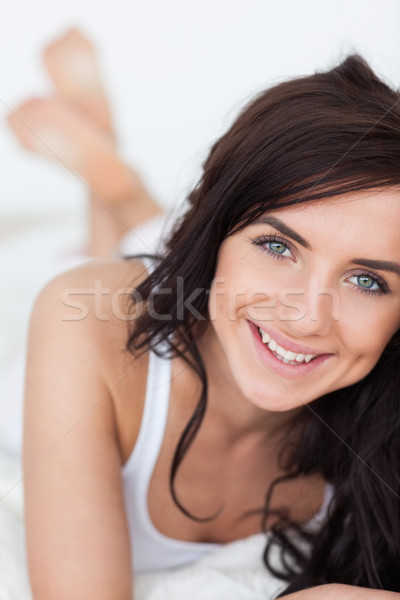 笑みを浮かべて ブルネット 女性 キルト ベッド 脚 ストックフォト © wavebreak_media