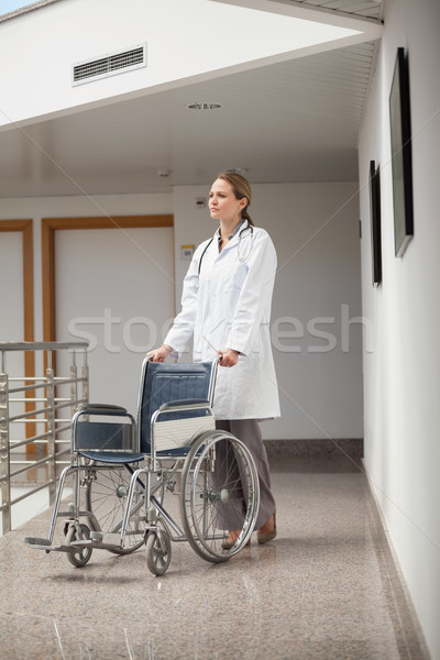 Poważny lekarza popychanie wózek korytarz szpitala Zdjęcia stock © wavebreak_media