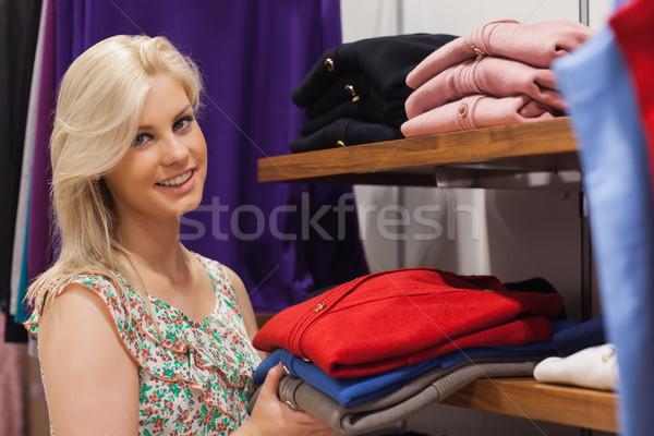 女性 シェルフ ストア 笑顔の女性 笑みを浮かべて 手 ストックフォト © wavebreak_media