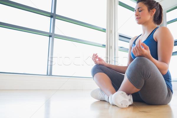 Mujer sesión piso deporte ventana tren Foto stock © wavebreak_media