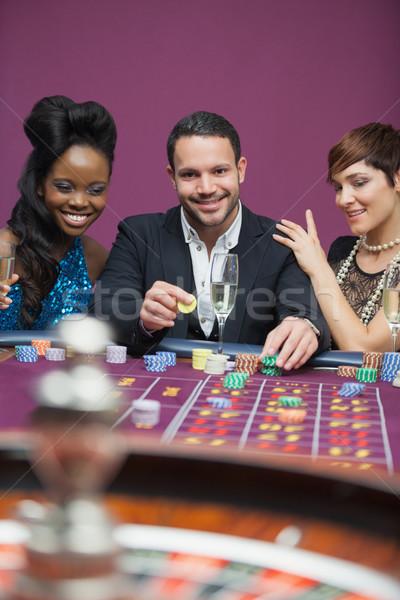 Adam oynama rulet kadın yan kumarhane Stok fotoğraf © wavebreak_media