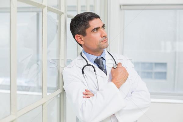 Nadenkend mannelijke arts ziekenhuis zijaanzicht medische Stockfoto © wavebreak_media