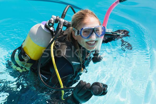 Uśmiechnięta kobieta scuba szkolenia basen lata Zdjęcia stock © wavebreak_media