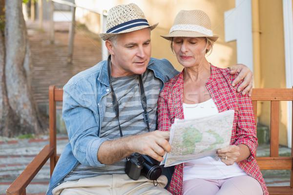 Boldog turista pár néz térkép pad Stock fotó © wavebreak_media