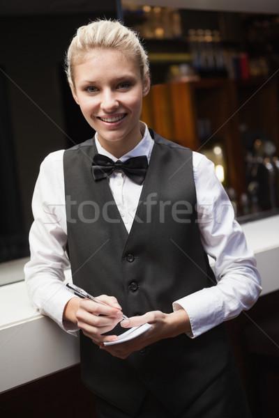 Csinos pincérnő elvesz rendelés bár boldog Stock fotó © wavebreak_media