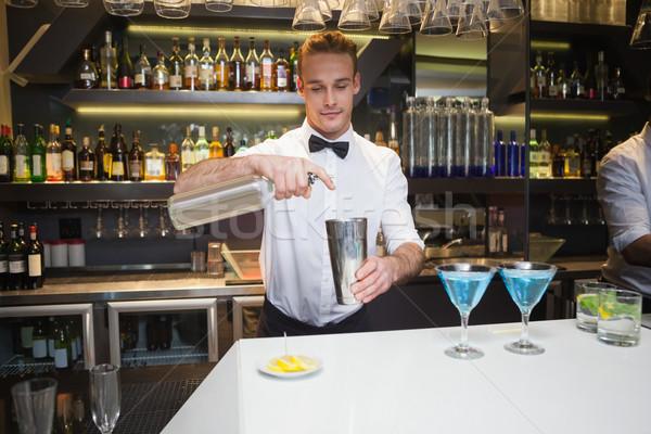 Stockfoto: Glimlachend · barman · drinken · bar · counter · shirt