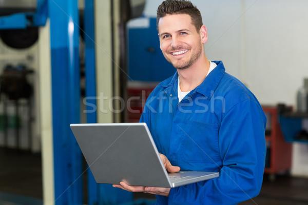 Lächelnd Mechaniker mit Laptop Reparatur Garage Computer Stock foto © wavebreak_media