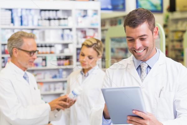 Gyógyszerész tabletta kórház gyógyszertár férfi orvosi Stock fotó © wavebreak_media