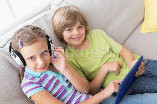 Kardeşler dijital tablet dinleme müzik kanepe Stok fotoğraf © wavebreak_media