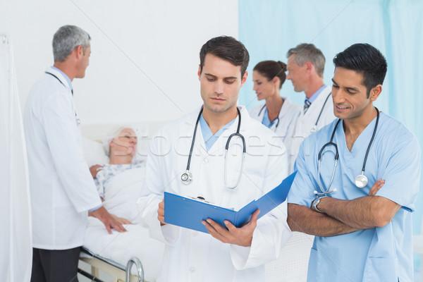 レポート 読む 同僚 患者 後ろ 病院 ストックフォト © wavebreak_media