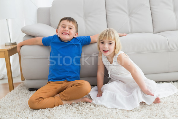 Broers en zussen vergadering vloer glimlachend camera samen Stockfoto © wavebreak_media