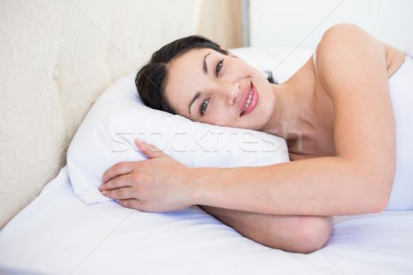 Csinos barna hajú mosolyog ágy otthon nő Stock fotó © wavebreak_media