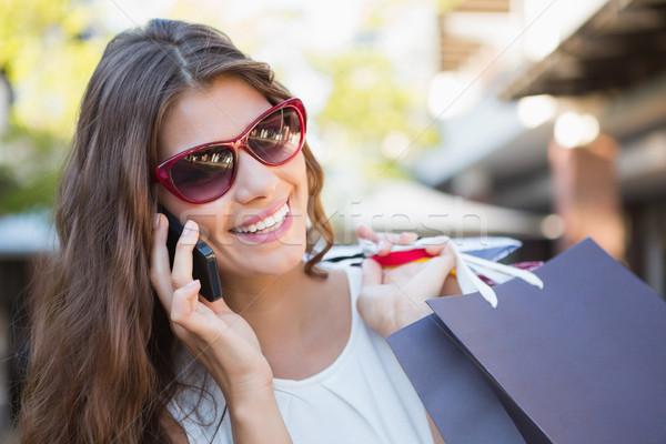 Glimlachende vrouw zonnebril roepen telefoon Stockfoto © wavebreak_media