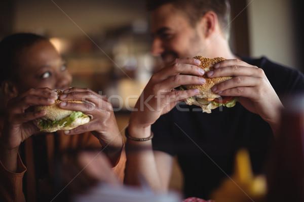 Feliz Pareja Burger restaurante hotel comunicación Foto stock © wavebreak_media