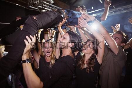 Fiatal nő karok a magasban élvezi éjszakai klub zenei fesztivál nő Stock fotó © wavebreak_media