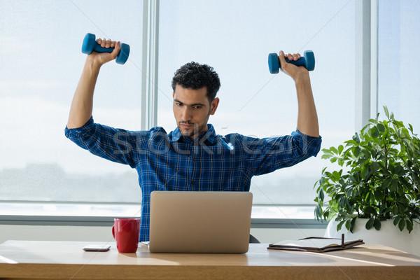 Yürütme egzersiz dambıl çalışma dizüstü bilgisayar ofis Stok fotoğraf © wavebreak_media