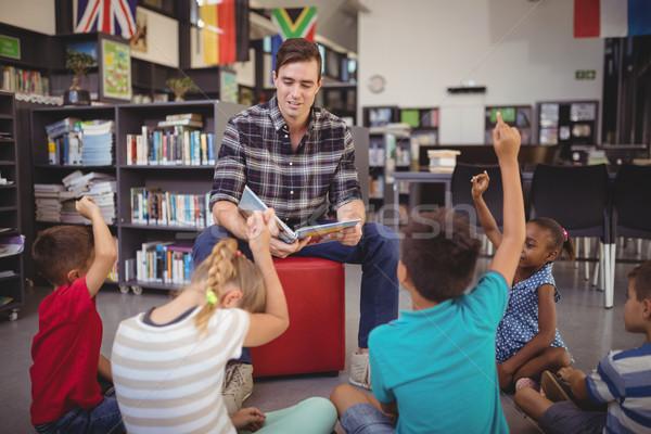 Iskolás gyerekek kezek tanár tanít könyvtár iskola Stock fotó © wavebreak_media