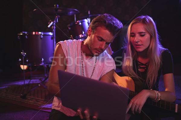 Fiatal férfi női zenészek laptopot használ éjszakai klub Stock fotó © wavebreak_media