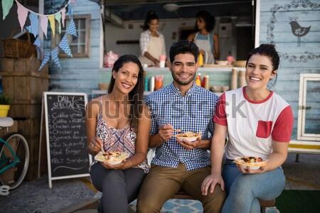 Boldog barátok harapnivalók portré üzlet nő Stock fotó © wavebreak_media