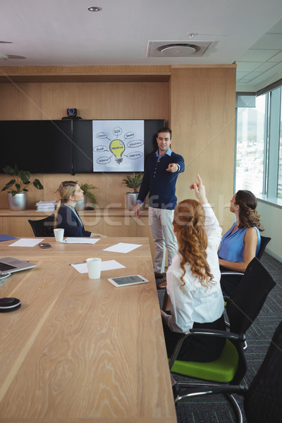üzletemberek megbeszél konferencia asztal tárgyalóterem nő Stock fotó © wavebreak_media