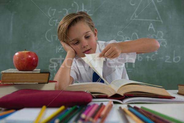 Foto stock: Estudante · leitura · livro · sala · de · aula · feliz · homem