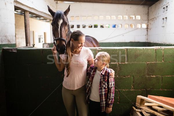 Zusters praten permanente paard stabiel meisje Stockfoto © wavebreak_media