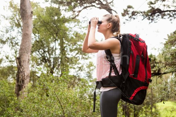 Randonneur regarder jumelles nature femme Photo stock © wavebreak_media