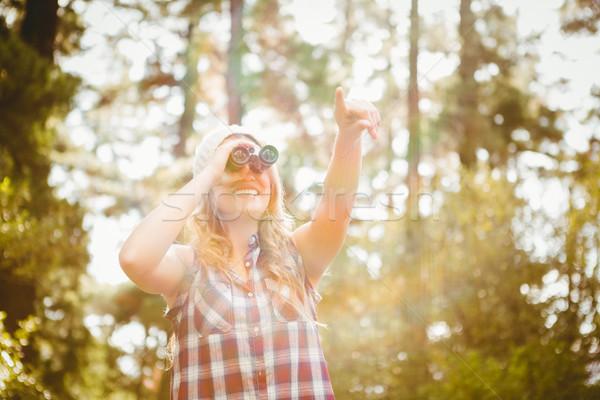 Bastante jóvenes mirando binoculares naturaleza Foto stock © wavebreak_media