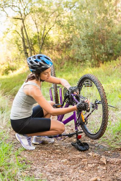 Atletisch brunette mountainbike natuur vrouw Stockfoto © wavebreak_media